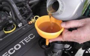 Как самостоятельно заменить масло в двигателе авто фото