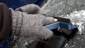 Как быстро убрать лед с капота машины?